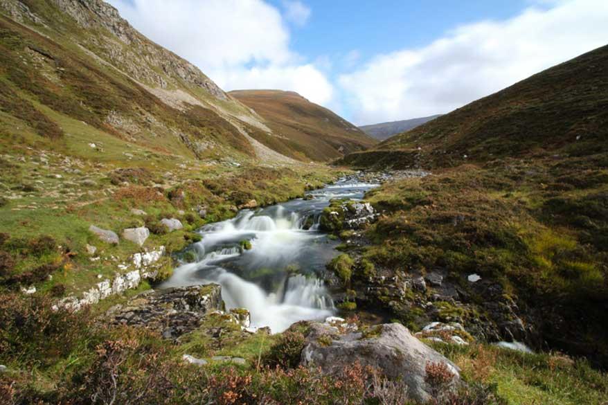 Tal mit Wasserfall Schottland