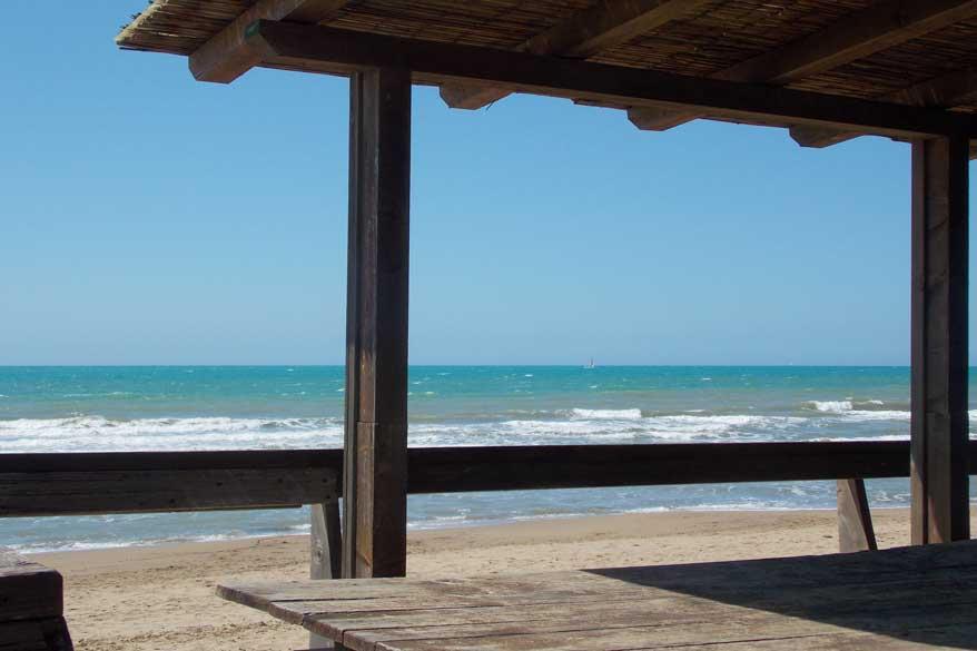 Strand und blaues Meer Toskana